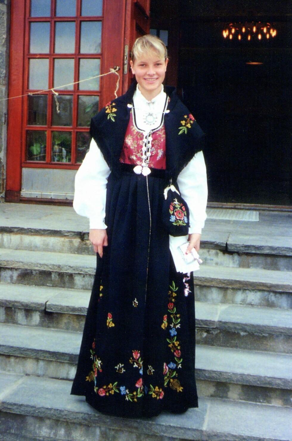 HÅNDBRODERT: Her poserer en stolt Mette-Marit på konfirmasjonsdagen, med gaven som mormor har brodert. Mamma Marit har den samme bunaden.  Foto: All Over Press Norway