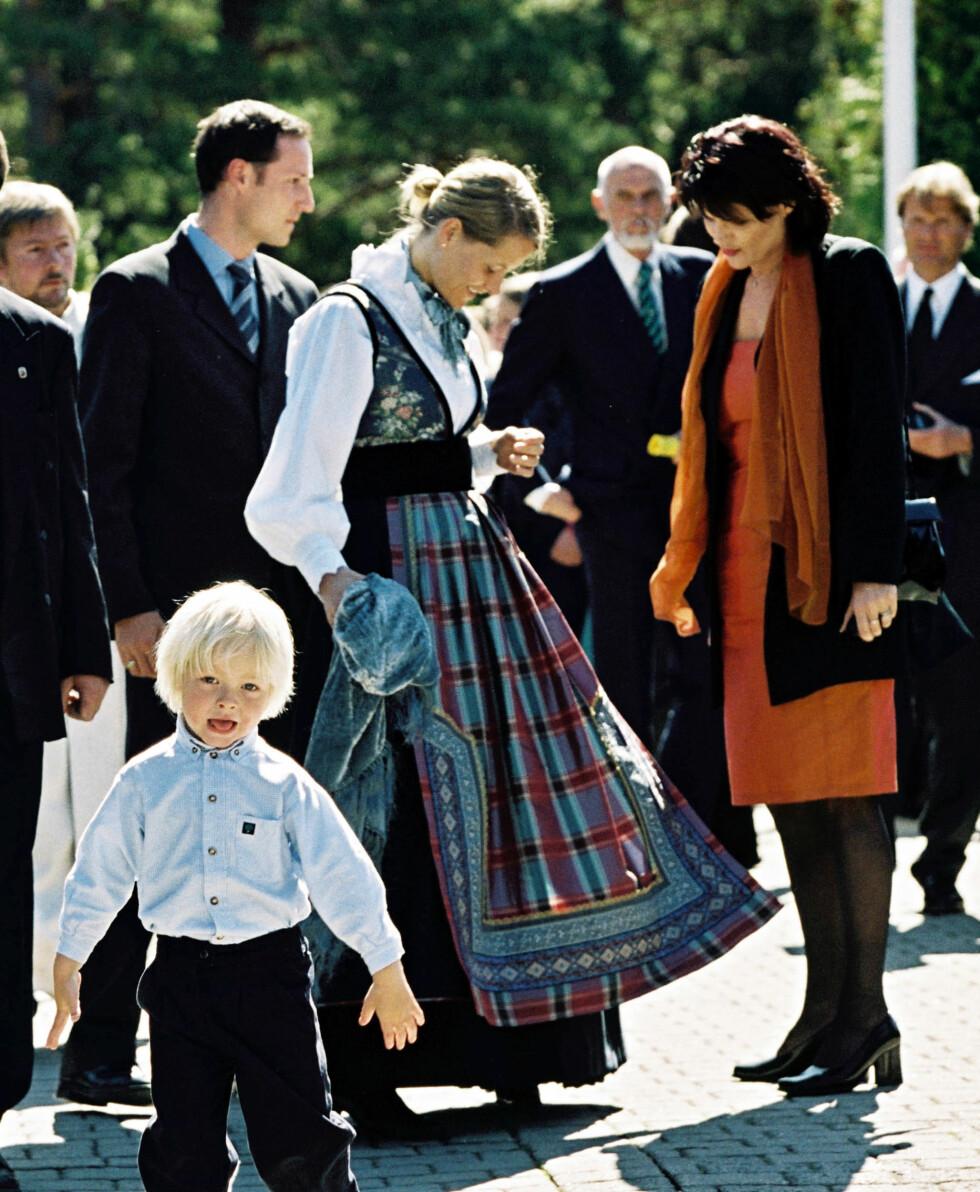 """SKAPTE DEBATT: Det ble debatt da Mette-Marit fikk en """"fantasibunad"""" fra Eva Lie i 2001. Hun har to mønstrete silkeforklær som hører til.  Foto: Erlend Haugen"""