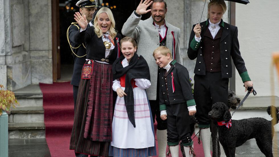 I FJOR: På 17. mai 2015 var både kronprins Haakon og prinsesse Ingrid Alexandra iført den lokale Askerbunaden. Både kronprinsesse Mette-Marit, prins Sverre Magnus og Marius Borg Høiby var ikledd bunader fra kronprinsessens hjemfylke Vest-Agder. Hundene Milly Kakao (mor) og Muffin Kråkebolle (datter) var også til stede.  Foto: NTB scanpix