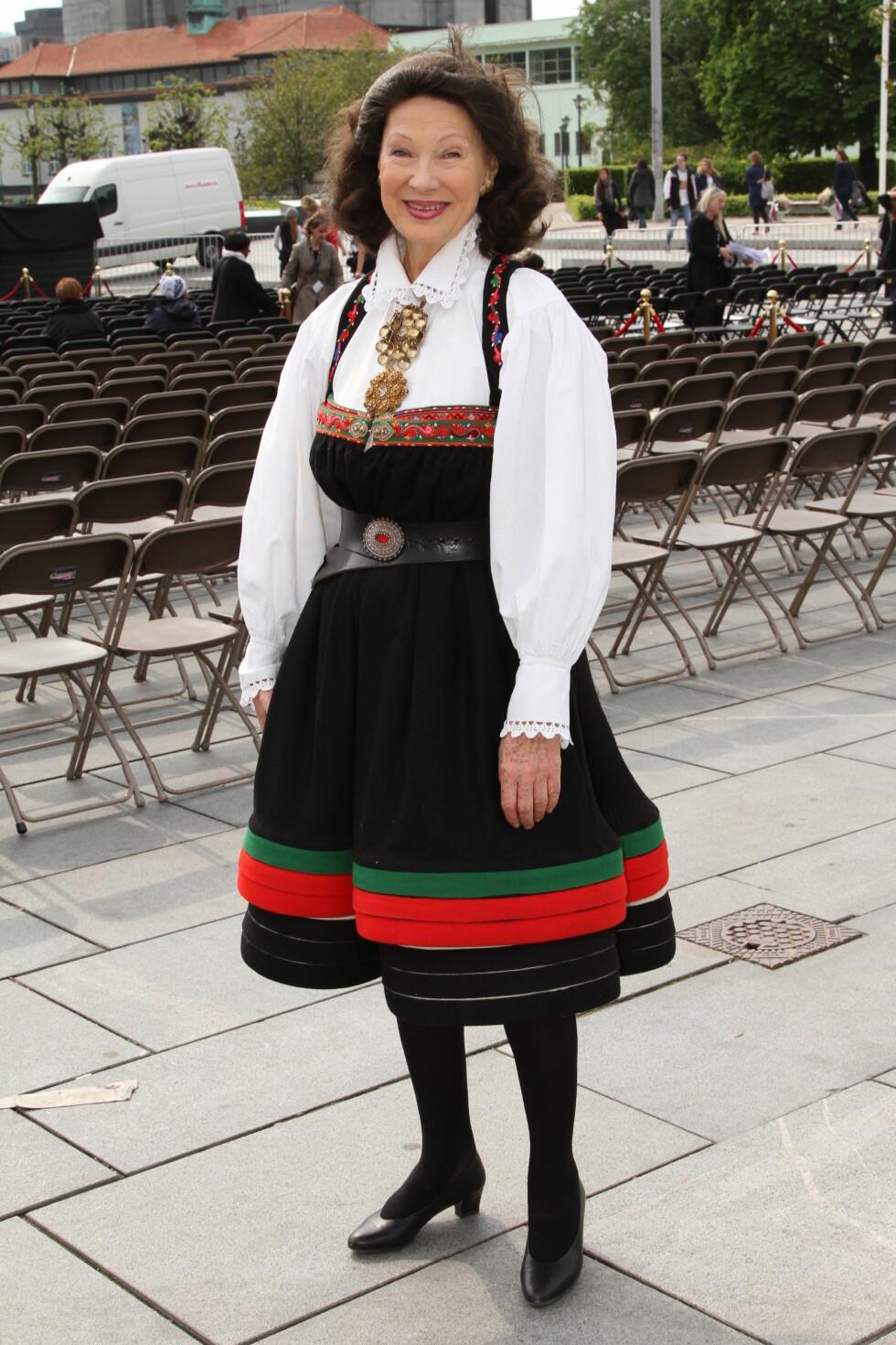 BYTTET SKO: Artist og tidligere kulturminister Åse Kleveland følger ikke bunadsreglene slavisk. – Jeg bruker sorte pumps istedenfor bunadsko. Det er fint å ha noe pent på føttene siden de synes under den korte stakken, sier hun til Se og Hør. Foto: Se og Hør