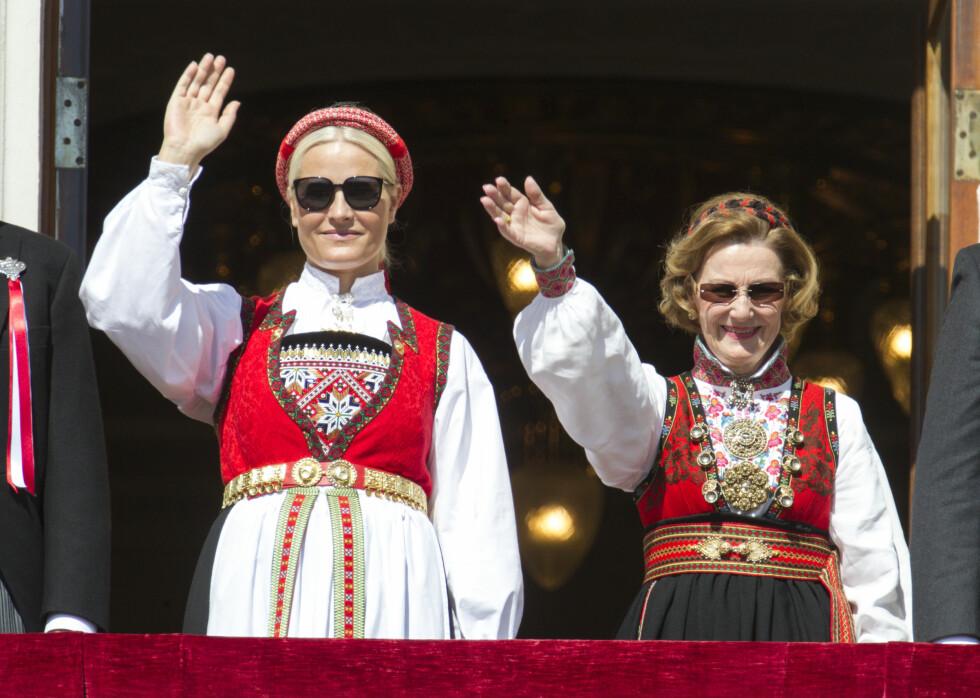 SOLSKJERMING: Kronprinsesse Mette-Marit og svigermor Sonja brukte begge solbriller for å skjerme mot det sterke sollyset under fjorårets 17. mai-feiring.  Foto: Andreas Fadum/Se og Hør