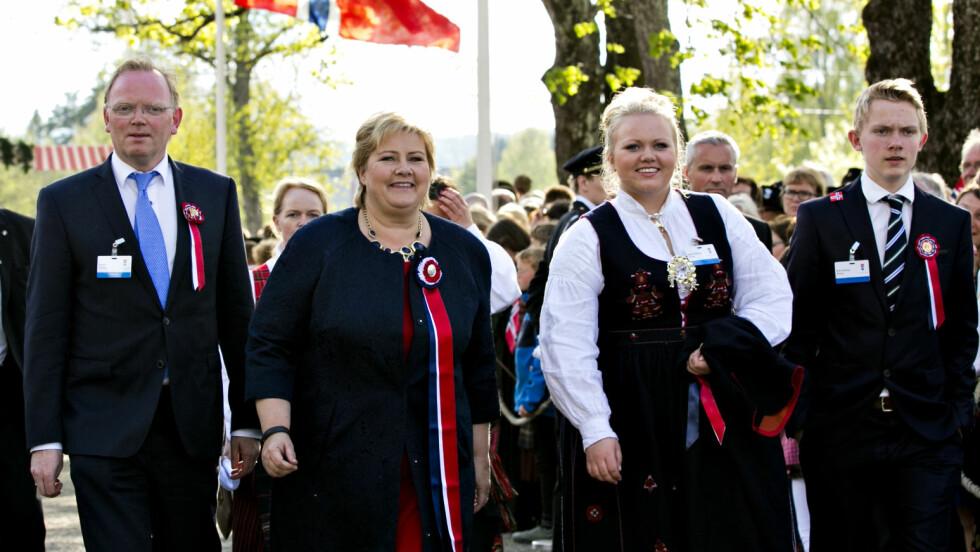 FEIRER MED RUSSEN: På 17. mai i 2014 var Erna Solberg på plass på Eidsvoll sammen med ektemannen Sindre Finnes og barna Ingrid og Erik, i forbindelse med grunnlovsjubileet. I år er datteren Ingrid russ i Oslo.  Foto: NTB scanpix