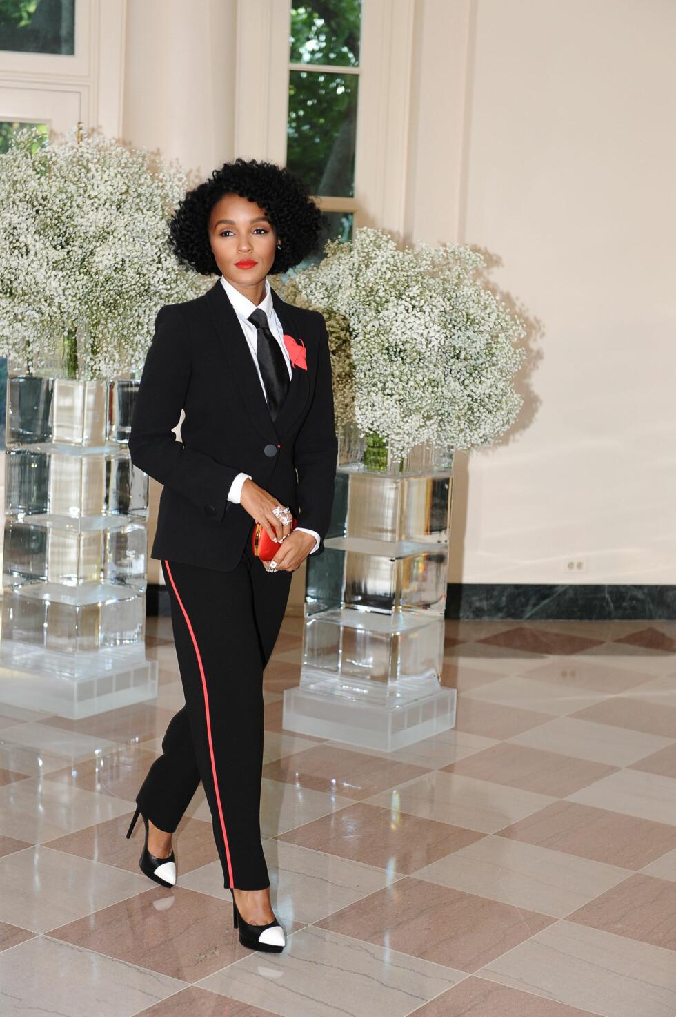 KUL DAME: Artist Janelle Monae valgte sort dress med fargerike detaljer til middagen i Det hvite hus. Foto: Reuters