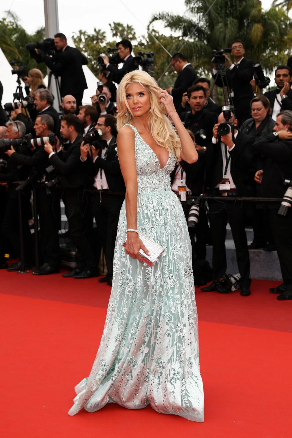 GLITRET: Den svenske modellen Victoria Silvstedt var vårlig antrukket i en pastellfarget, brodert blomsterkjole på «Slack Bay»-premieren i Cannes fredag.  Foto: Abaca