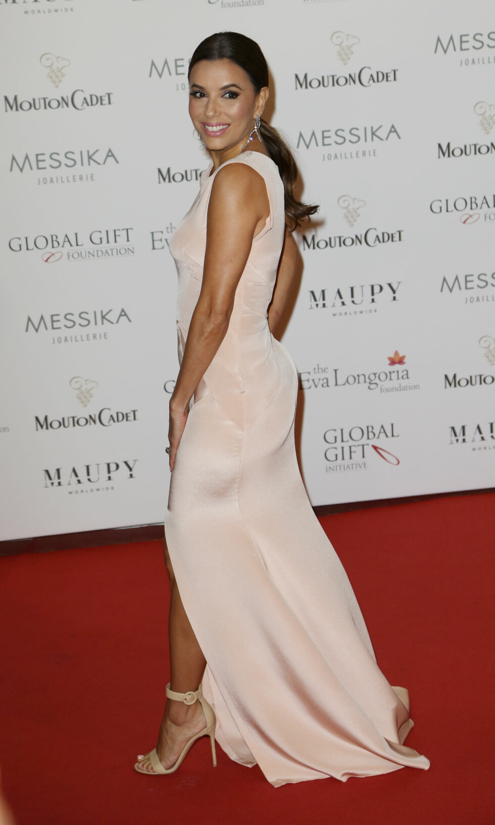 PUDDERFARGET: TV-stjernen Eva Longoria strålte i en pudderrosa kjole som vertinne for The Global Gift Gala i Cannes fredag 13. mai.  Foto: Abaca