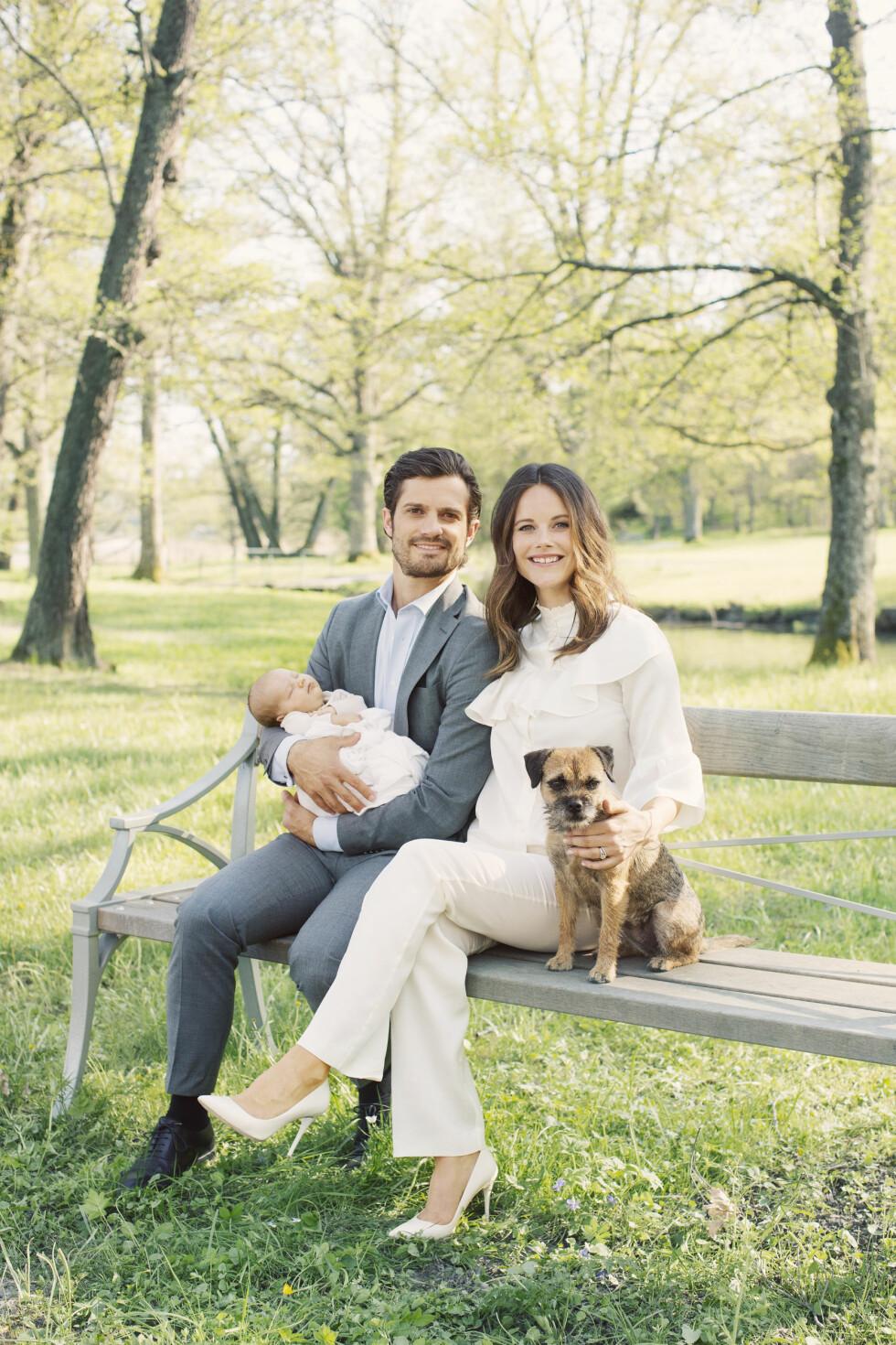 FAMILIEIDYLL: Prins Carl Philip, pinsesse Sofia og prins Alexander nyter en vakker maidag i slottsparken på Drottningholm sammen med hunden sin. Foto: Erika Gerdemark, Kungahuset.se