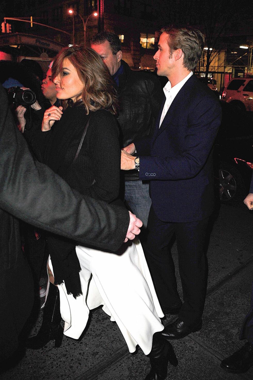 MEDIESKY: Eva Mendes og Ryan Gosling fble fotografert på vei fra «Saturday Night Live»-etterfesten på Dos Caminos i New York i desember 2015.  Foto: Splash News