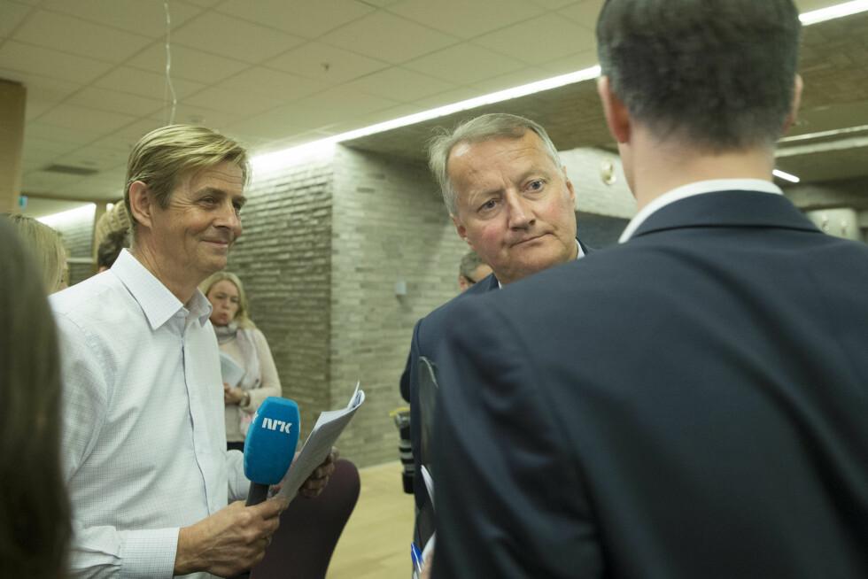 LANG KARRIERE: Anders Magnus (t.v) har jobbet i NRK siden 80-tallet. Her intervjuer han konsernsjef Rune Bjerke i DNB.  Foto: NTB scanpix
