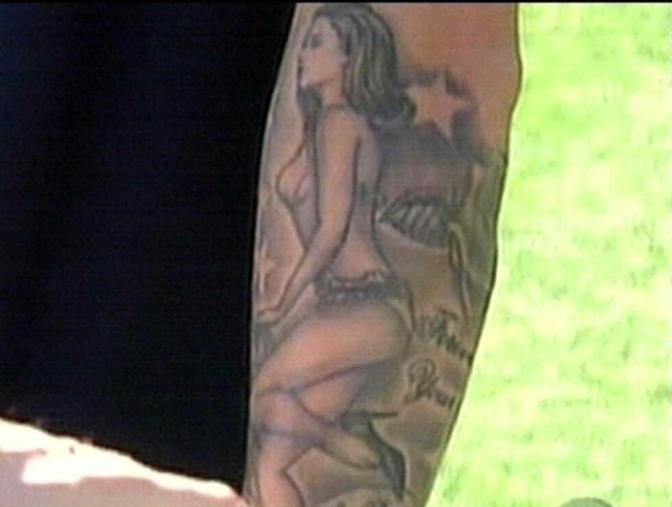 HYLLER KONA: Da David Beckham gjestet 60 Minutes i 2008, viste han fram tatoveringen han har fått av kona i undertøyet. Foto: Stella Pictures
