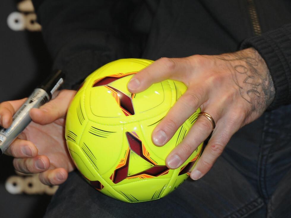 KJÆRLIGHET: Beckham har fått tatovert ordet «Love» på venstre hånd. Foto: All Over Press