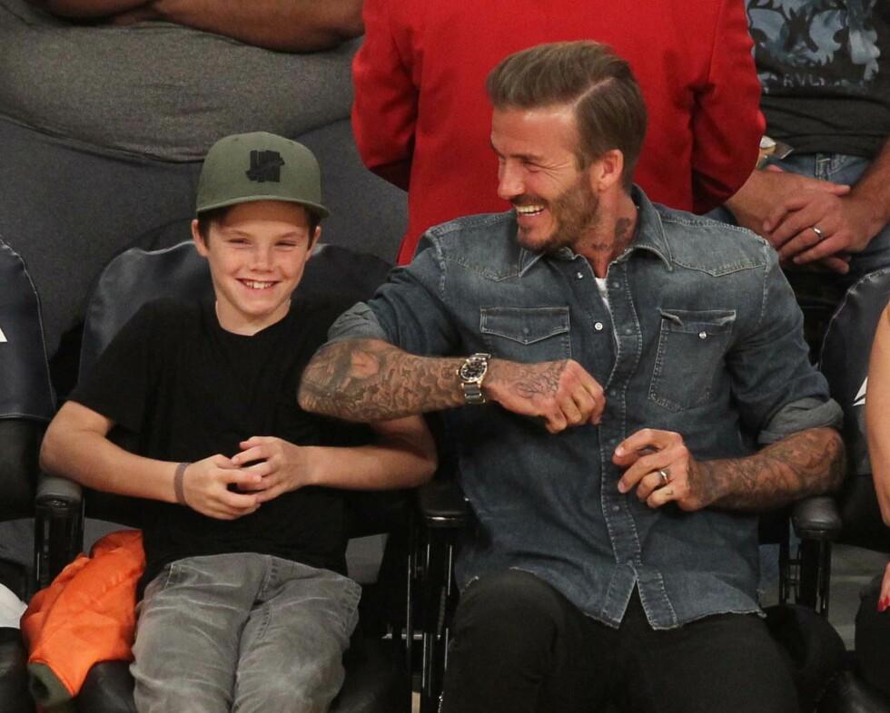 FAMILIEMANN: David Beckham tuller med yngstesønnen Cruz på Lakers-kamp i L.A. i starten av april.  Foto: Splash News