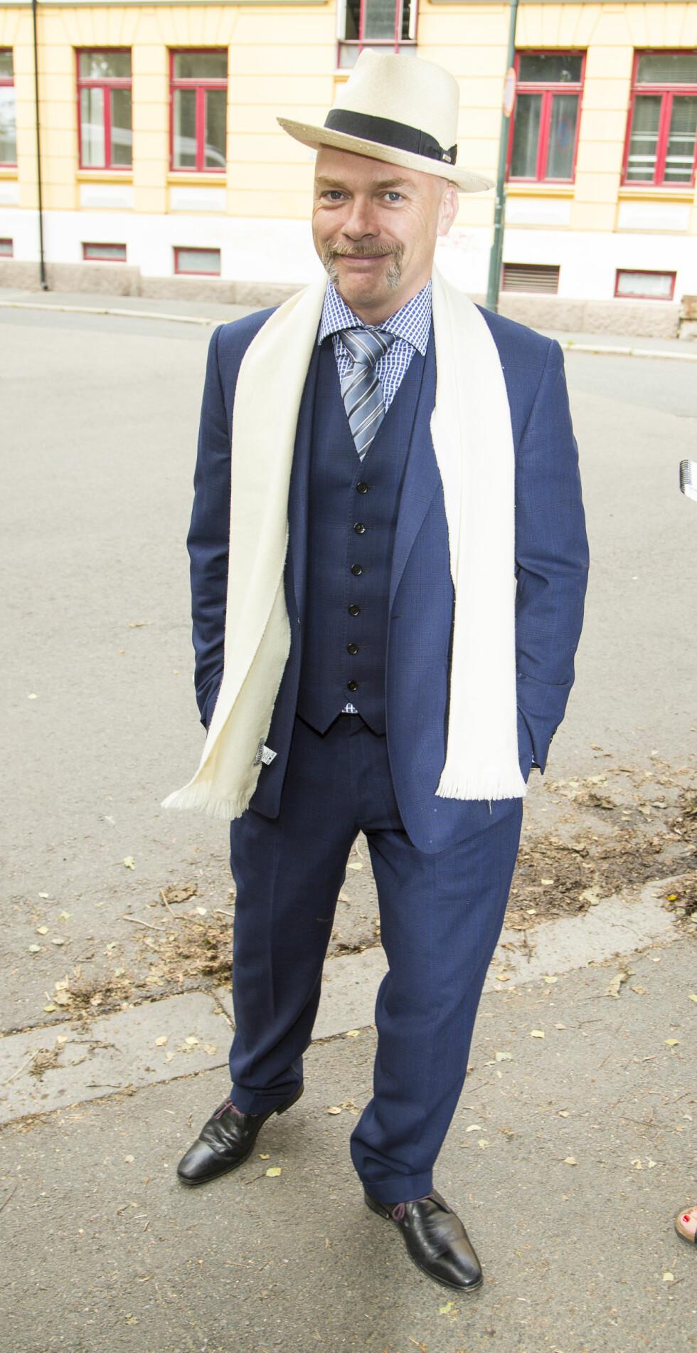 STILIG: Jon Andreas Håtun gikk for sin velkjente, dandy-aktige stil med hatt og penskjerf. Foto: Tor Lindseth