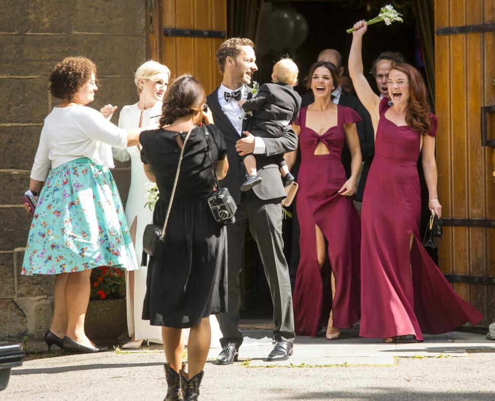 FESTDAG: Brudefølget, med brudepikene i vinrøde kjoler, jublet av fryd da de nygifte forlot kirken etter vielsen. Foto: Tor Lindseth