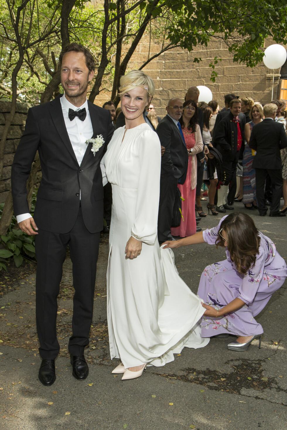 VAKKER: Lena Kristin Ellingsen var nydelig i brudekjolen sin, som var designet av venninnen og kjoledesigneren Pia Tjelta - som trådte til for å rette på kjolen da bildene skulle tas. Foto: Tor Lindseth