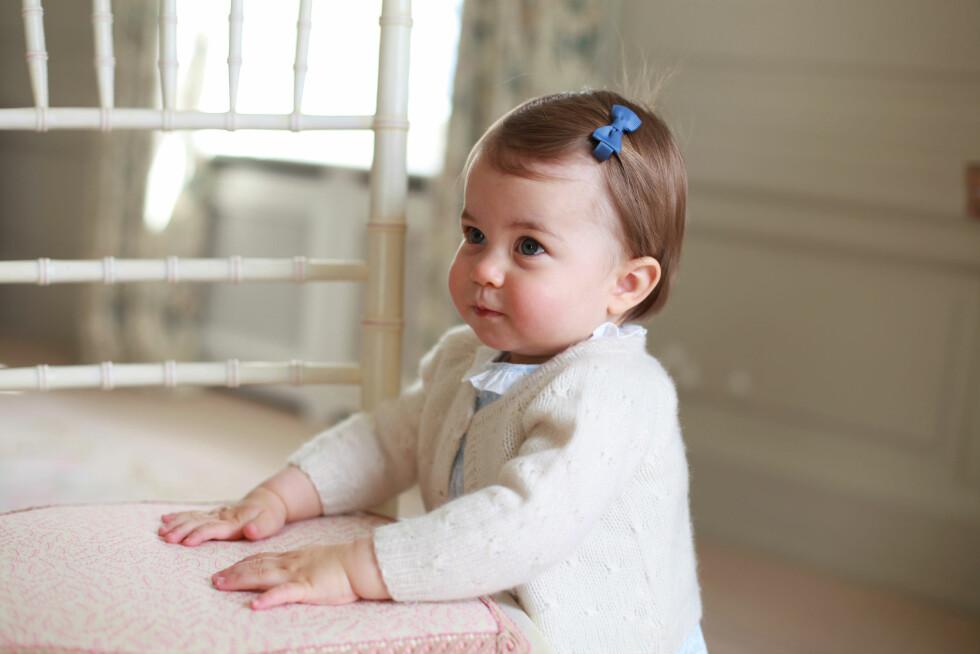 BURSDAGSBARNET: Bildene av prinsesse Charlotte er knipset av hertuginne Kate. Bildene ble tatt i april i deres eget hjem.  Foto: Reuters