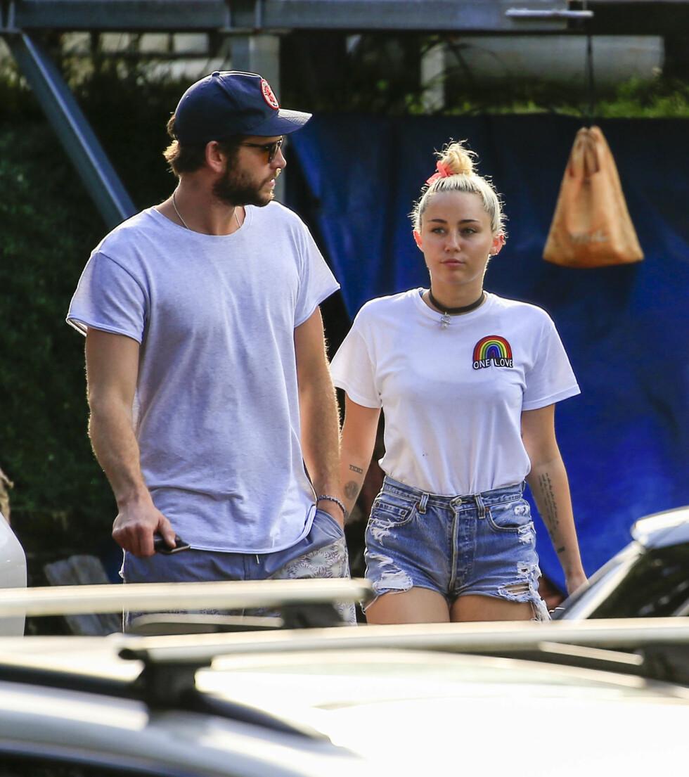 SPISTE MED «SVIGERS»: Torsdag ble Liam og Miley fotografert ute på lunsh med Hemsworths foreldre. Nå mener mange at utflukten beviser at de to er kjærester igjen. Foto: Splash News