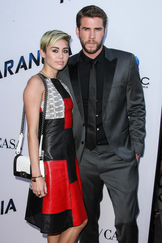 GJORDE DET SLUTT: Miley Cyrus og Liam Hemsworth var et av Hollywoods mest profilerte, unge par. Her er de sammen på den røde løperen i august 2013, kort tid før de offisielt brøt forlovelsen sin. Foto: © Xavier Collin /Retna Ltd./Corbis