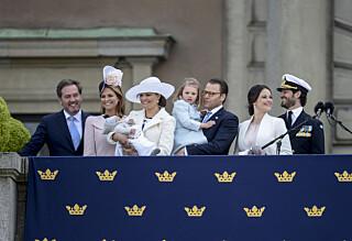 Kronprinsesse Victoria viste fram lille prins Oscar på slottsbalkongen