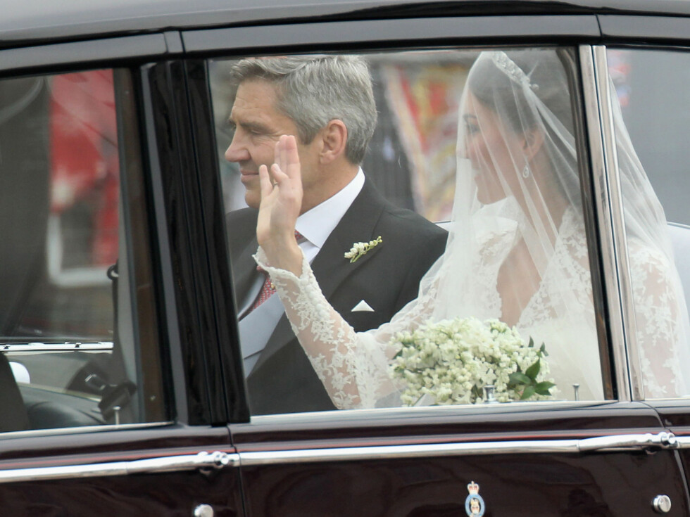 STOLT PAPPA: Kate i bilen sammen med faren Michael Middleton. Foto: All Over Press