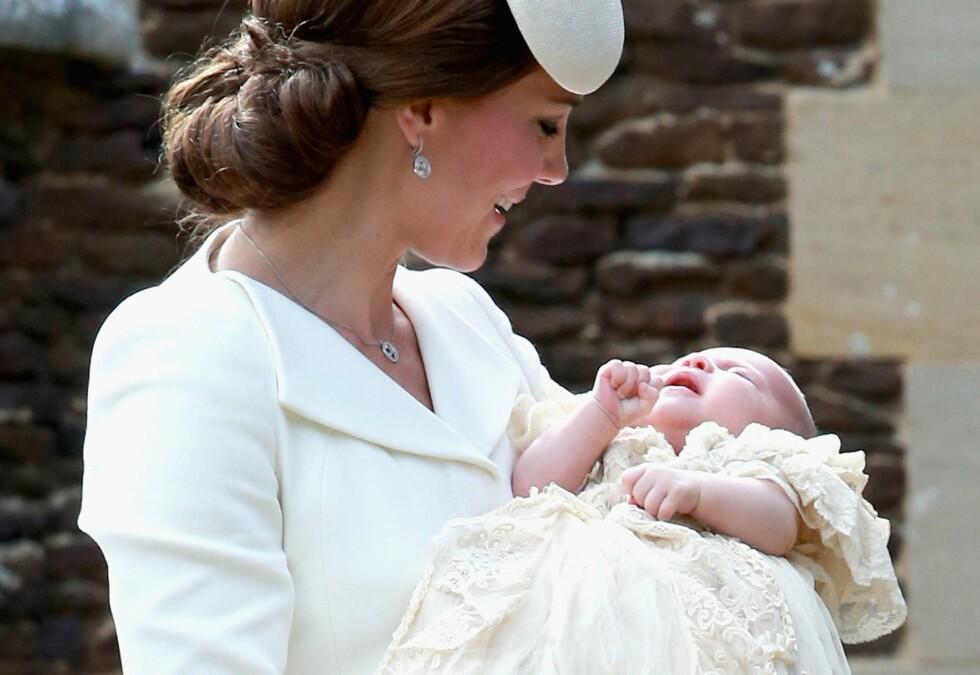 MOR OG DATTER: Hertuginne Kate er tydelig stolt av sitt lille sjarmtroll. Foto: Afp
