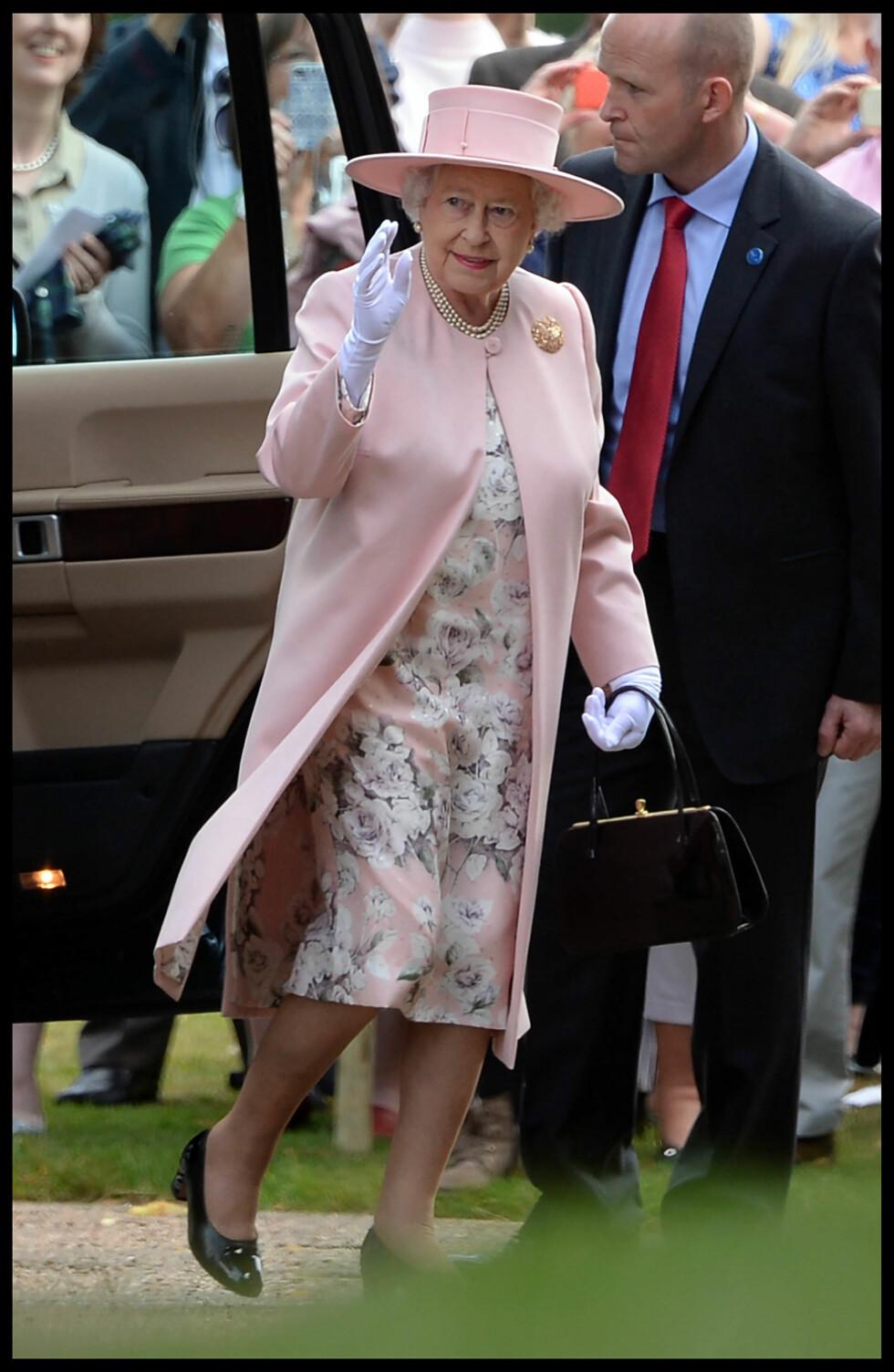STOLT OLDEMOR: Dronning Elizabeth var i godt humør da hun hilste folkemengden. Foto: Polaris