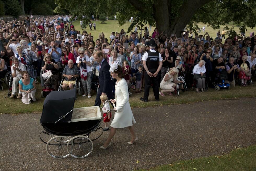 FOLKETS FAVORITTER: Prins William og hertuginne Kate gitt kongefamilien ny popularitet i Storbritannia. Foto: Afp