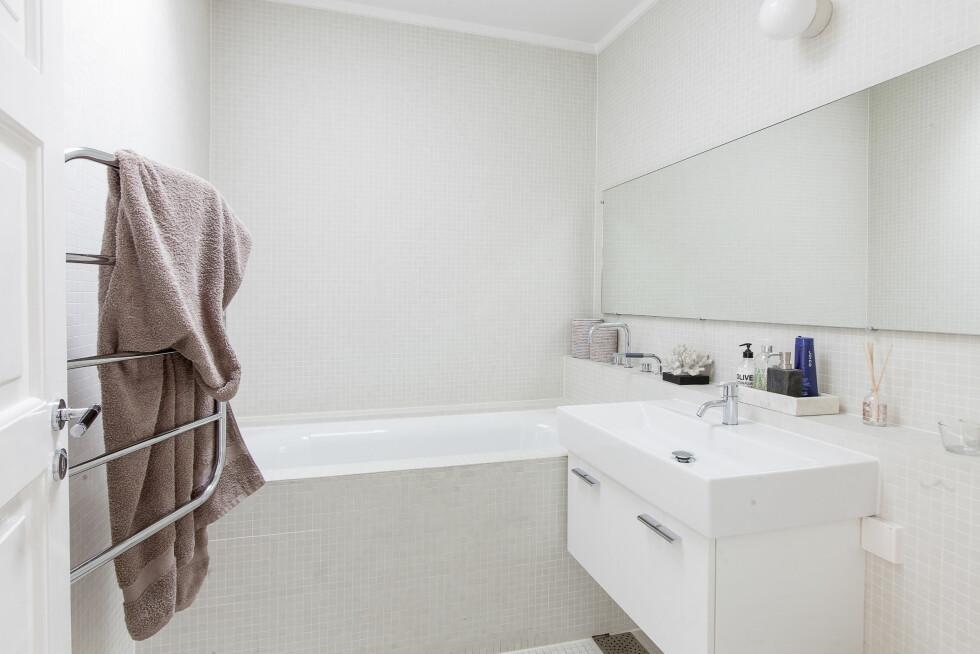 DELIKATE BADEROM: Her er ett av husets to flotte bad. Begge er nylig oppusset.  Foto: HouelandEk.com