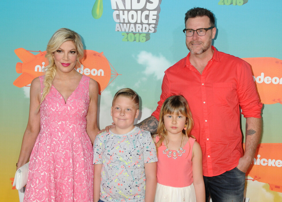 STOR FAMILIE: Tori Spelling og Dean McDermott med to av sine fire barn, sønnen Liam og datteren Stella. Foto: SipaUSA