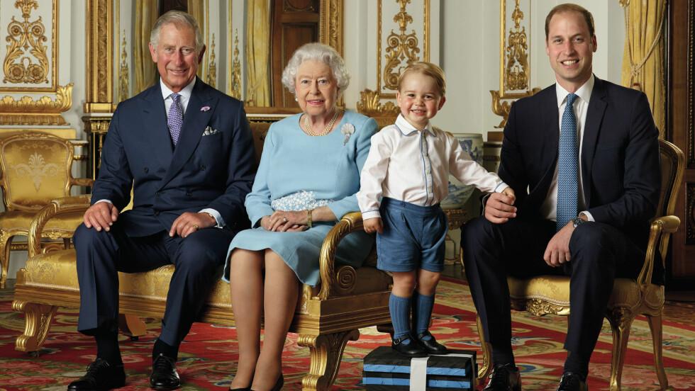 FIRE GENERASJONER: Dronning Elizabeth samlet sine tre etterfølgere til historisk bilde i forbindelse med sin 90-årsdag. Foto: Pa Photos