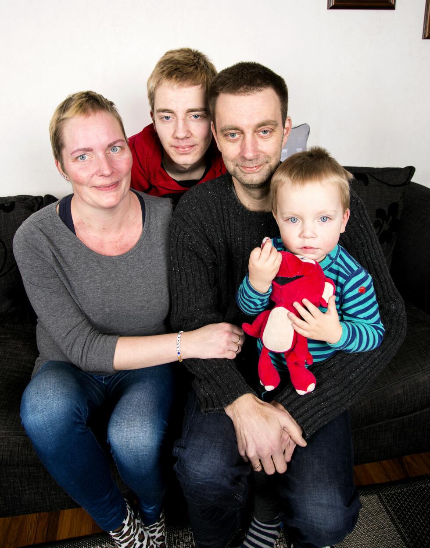 VIKTIG: – Barna mine betyr alt. Støtten fra mannen min Per Øivind er enestående, sier Inger Lise. Sønnene Anders (bak) og Ole Einar tenner et håp i en hverdag som ofte føles grå. Foto: Tor Lindseth