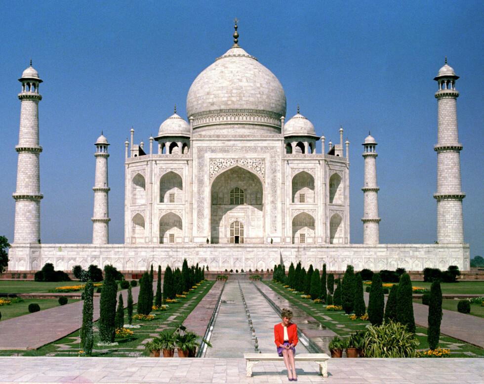 IKONISK: Bildet av en ensom prinsesse Diana foran kjærlighetsmonumentet Taj Mahal ble ikonisk.  Foto: NTB scanpix