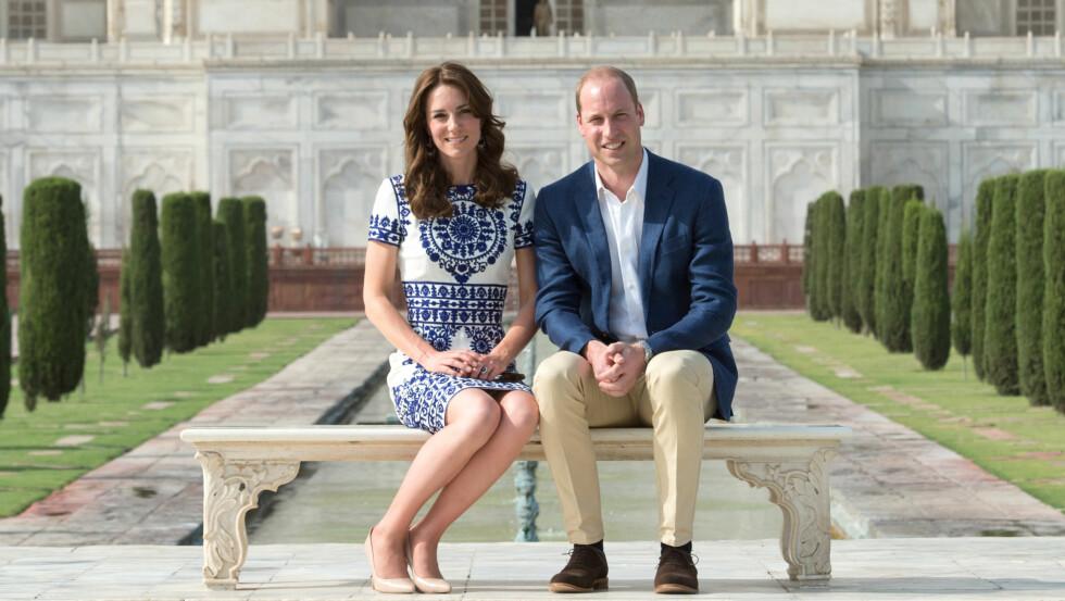 PÅ DIANAS BENK: Hertuginne Kate og prins William besøke Taj Mahal i India lørdag, og gjenskapte bildet som Williams mor tok på nøyaktig samme sted for 24 år siden. Foto: NTB scanpix