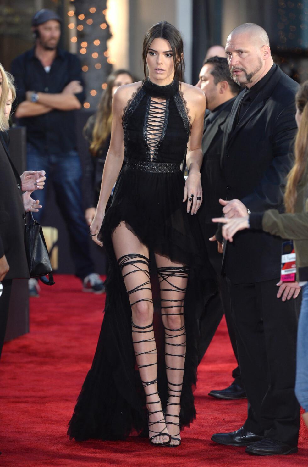 <strong>ELEGANT:</strong> Kendall Jenner fikk mange beundrende blikk for sine spesielle sko. Foto: Pa Photos