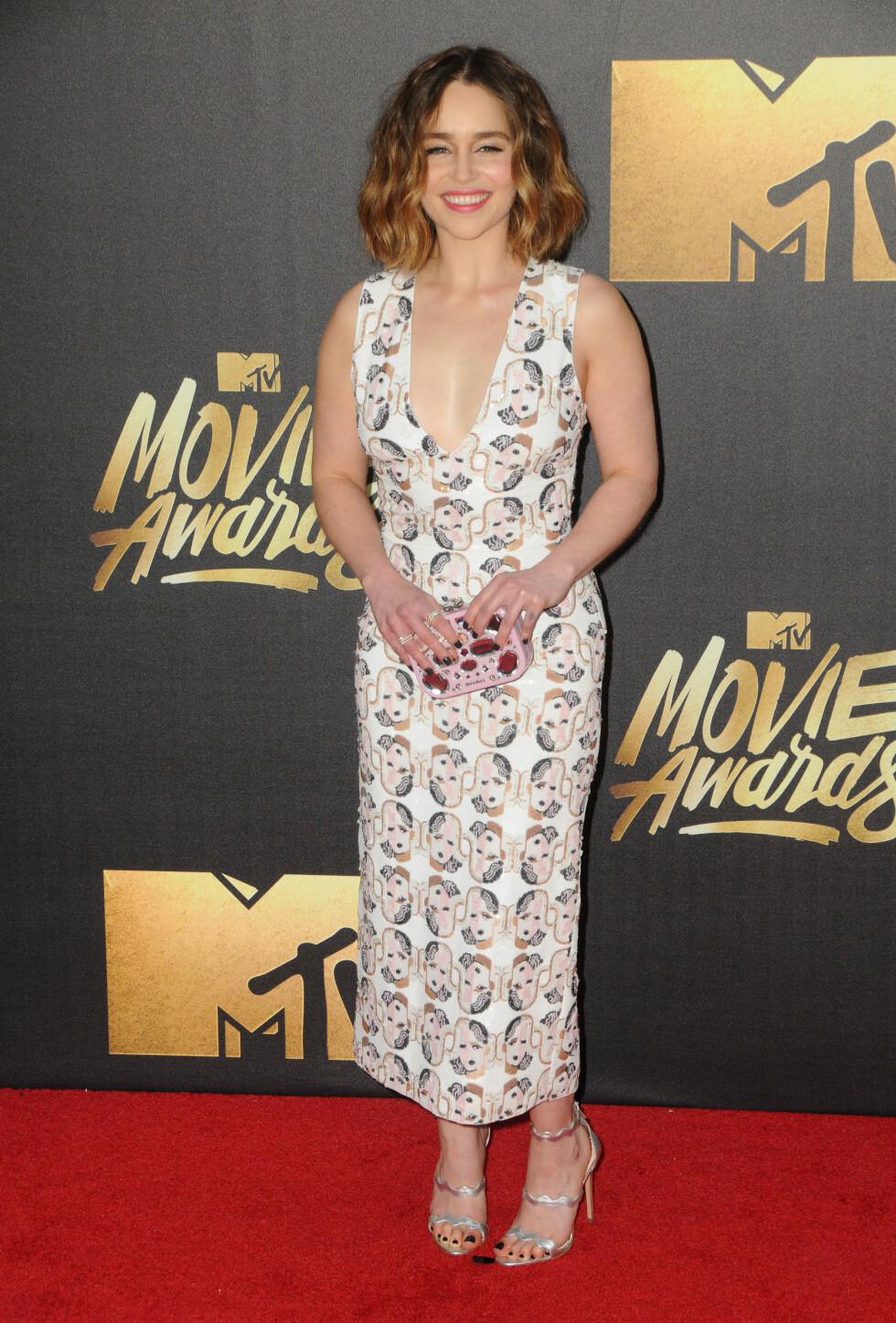 <strong>KOM I «GAME OF THRONES»-KJOLE:</strong> Emilia Clarke - som spiller rollen som Danerys Tagaryen- kom med en kjole full av ansikter, som ifølge henne spiller en sentral rolle i den nye sesongen. Foto: SipaUSA