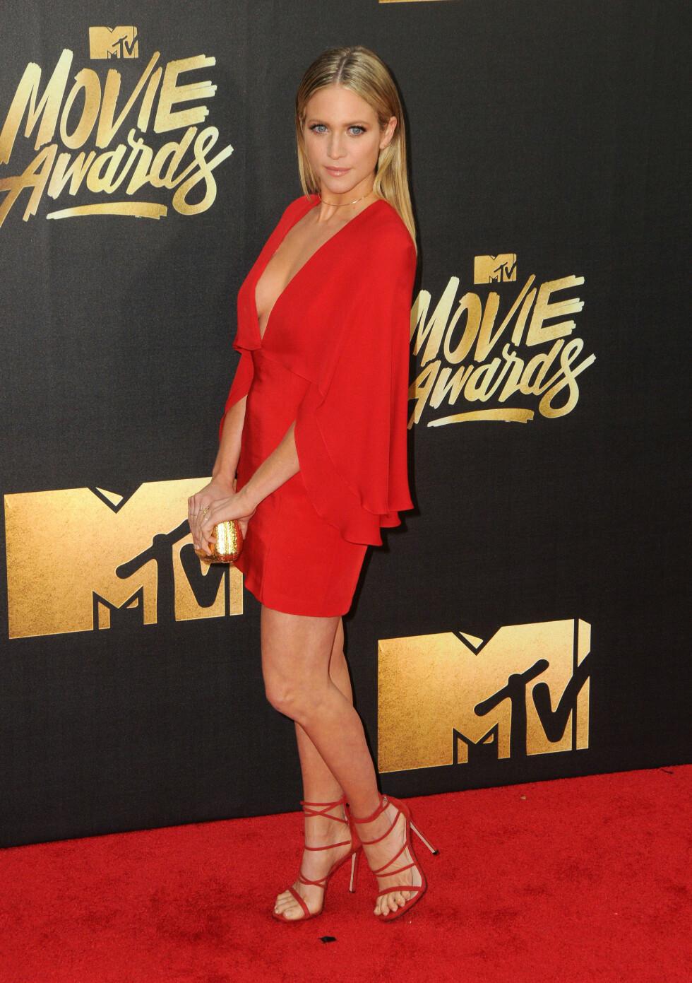 <strong>LADY IN RED:</strong> Skuespiller Brittany Snow valgte en jakke med dyp utringning på den røde løperen. Foto: Zuma Press