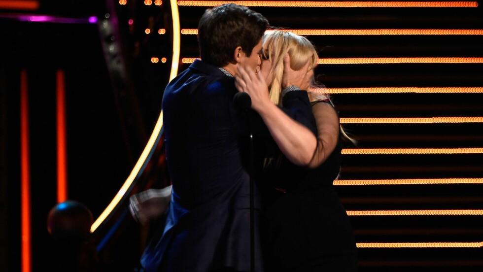<strong>KLINTE TIL:</strong> «Pitch Perfect 2»-motspillerne Adam DeVine (t.v) og Rebel Wilson ble tilsynelatende så glade da de vant prisen for beste kyss under MTV Movie Awards 2016, at de ønsket å gjenta vinnerkysset.  Foto: Afp