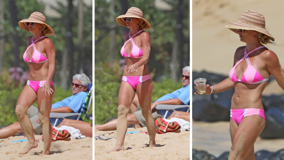 VAKTE OPPSIKT: En solbrun og veltrent Britney Spears fikk tilsynelatende mye oppmerksomhet på stranden på Hawaii denne uken. Daily Mail skryter popstjernens bikinikropp opp i skyene.  Foto: Splash News/ NTB Scanpix