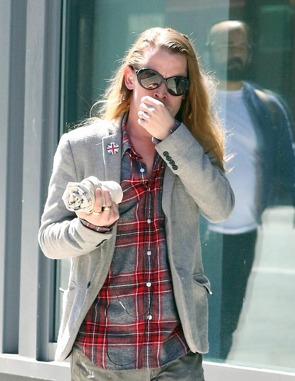 <strong>ROCKA:</strong> Macaulay Culkin lot håret flagre fritt, mens han gikk på shopping i rutete skjorte, gullringer og solbriller i New York den 30. mars.  Foto: Splash News