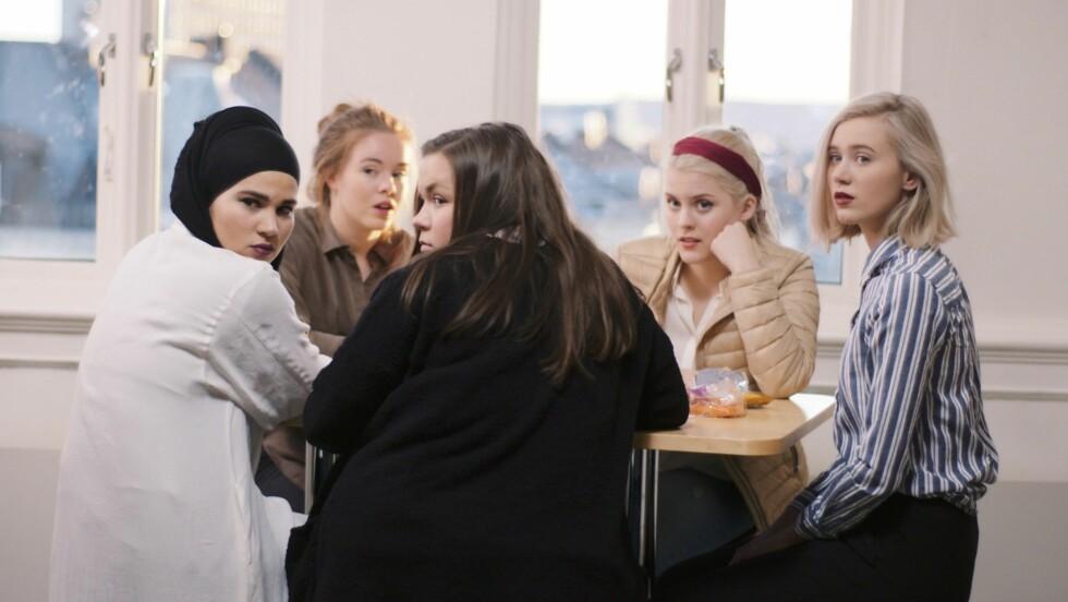 BRUKER SLANG: «Hooka du med William i helga?!» Slik kan en normal samtale starte for karakterene i «SKAM», men vet du egentlig hva det betyr? «Kebabnorsk»-ekspert Andreas Eilert Østby forklarer begrepene som kanskje har gått de eldste seerne hus forbi. Foto: NRK