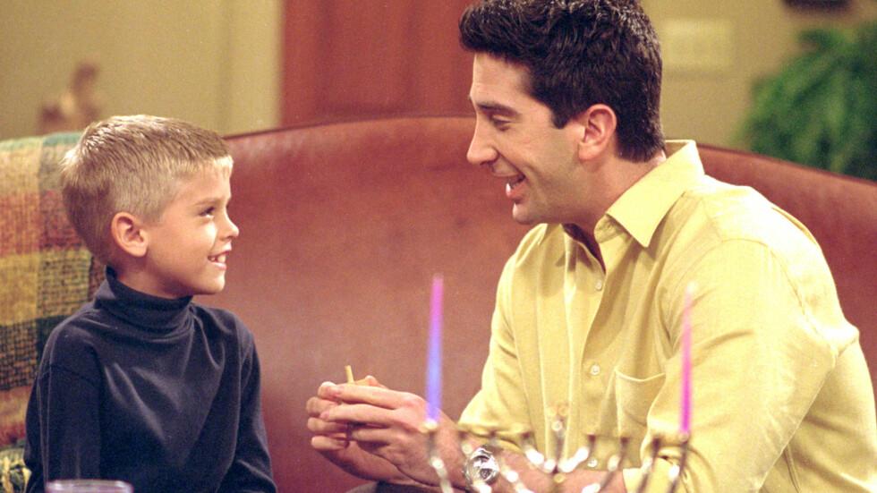 POPULÆR SERIE: «Friends» gikk på TV mellom 1994 og 2004, og er et av de mest populære humorprogrammene gjennom tidene. Her er David Schwimmer (Ross) i en scene med Cole Sprouse (Ross' sønn Ben). Foto: Skjermdump fra YouTube