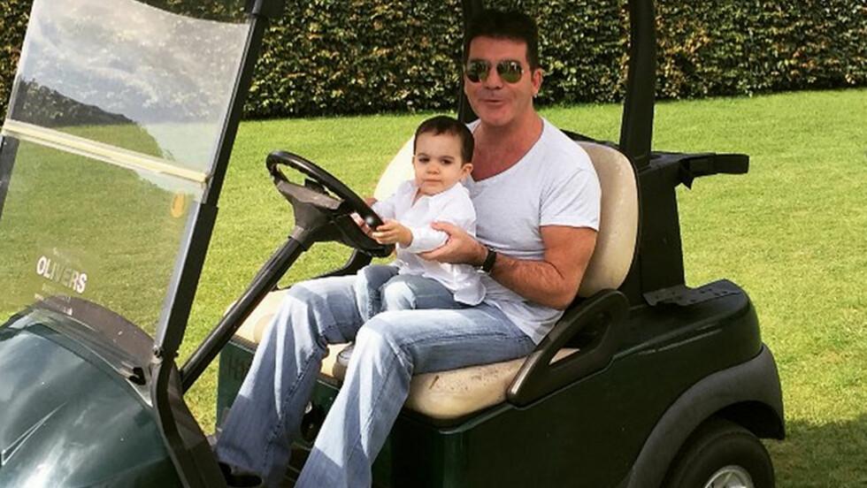 <strong>FAR OG SØNN:</strong> Simon Cowell er stolt pappa og poster ofte bilder som dette på sosiale medier av sin vesle gutt. Foto: NTB Scanpix
