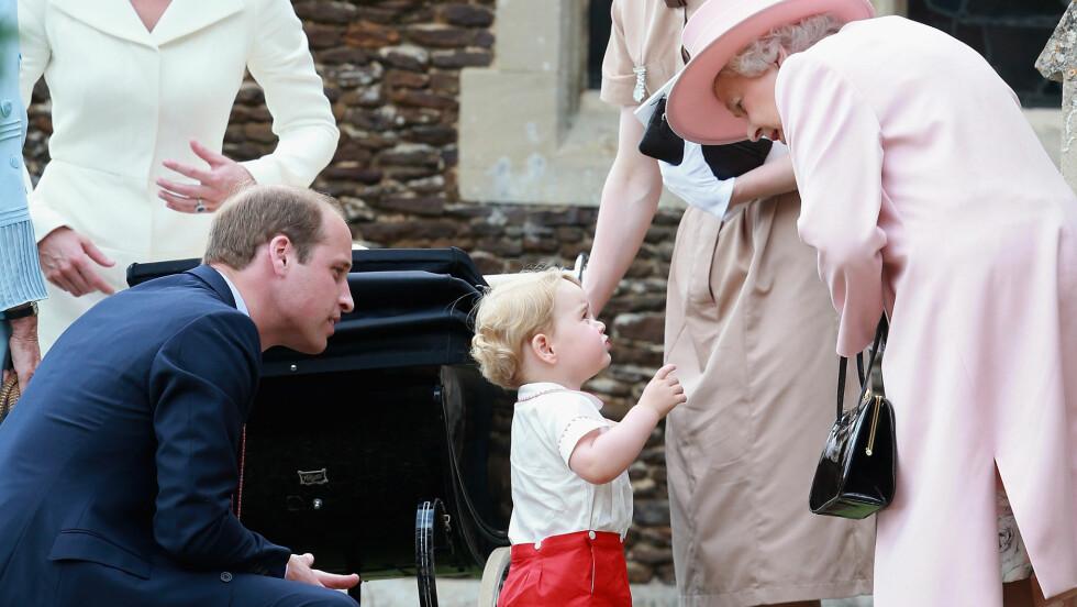 NÆRT BÅND: Prins George elsker å tilbringe tid med oldemor Elizabeth som han kaller for «gan-gan». Her avbildet i dåpen til prinsesse Charlotte i fjor.  Foto: Pa Photos
