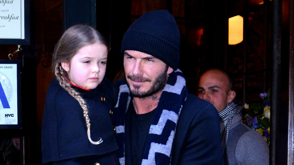 ELSKER PAPPAROLLEN: David Beckham nyter tiden sammen med sine fire barn. Her holder han datteren Harper på armen under et restaurantbesøk i februar i år.  Foto: Zuma Press