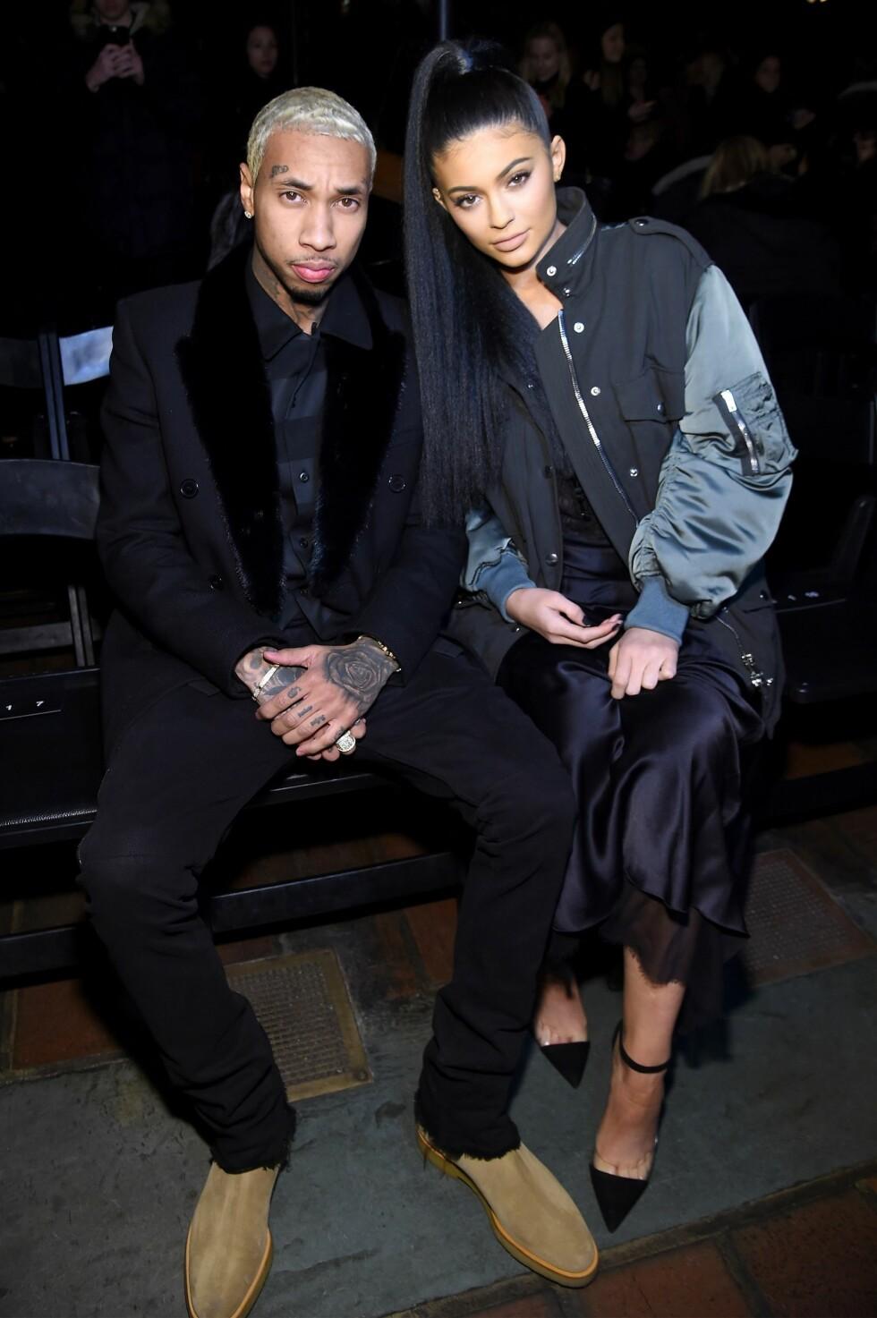 SKUFFET: Kylie Jenner skal være lei seg over at halvbroren har innledet et forhold med eksen til kjæresten hennes, Tyga (t.v). Her er Kylie og Tyga på Alexander Wang-visningen under moteuken i New York i februar. Foto: Afp