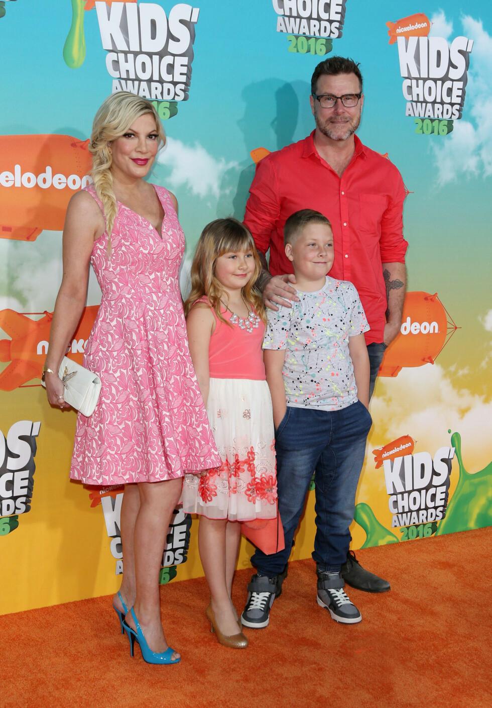 STIVE SMIL: Tori Spelling og Dean McDermott hadde tatt med seg barna Liam (9) og Stella (7) på Kids' Choice Awards.  Foto: NTB Scanpix
