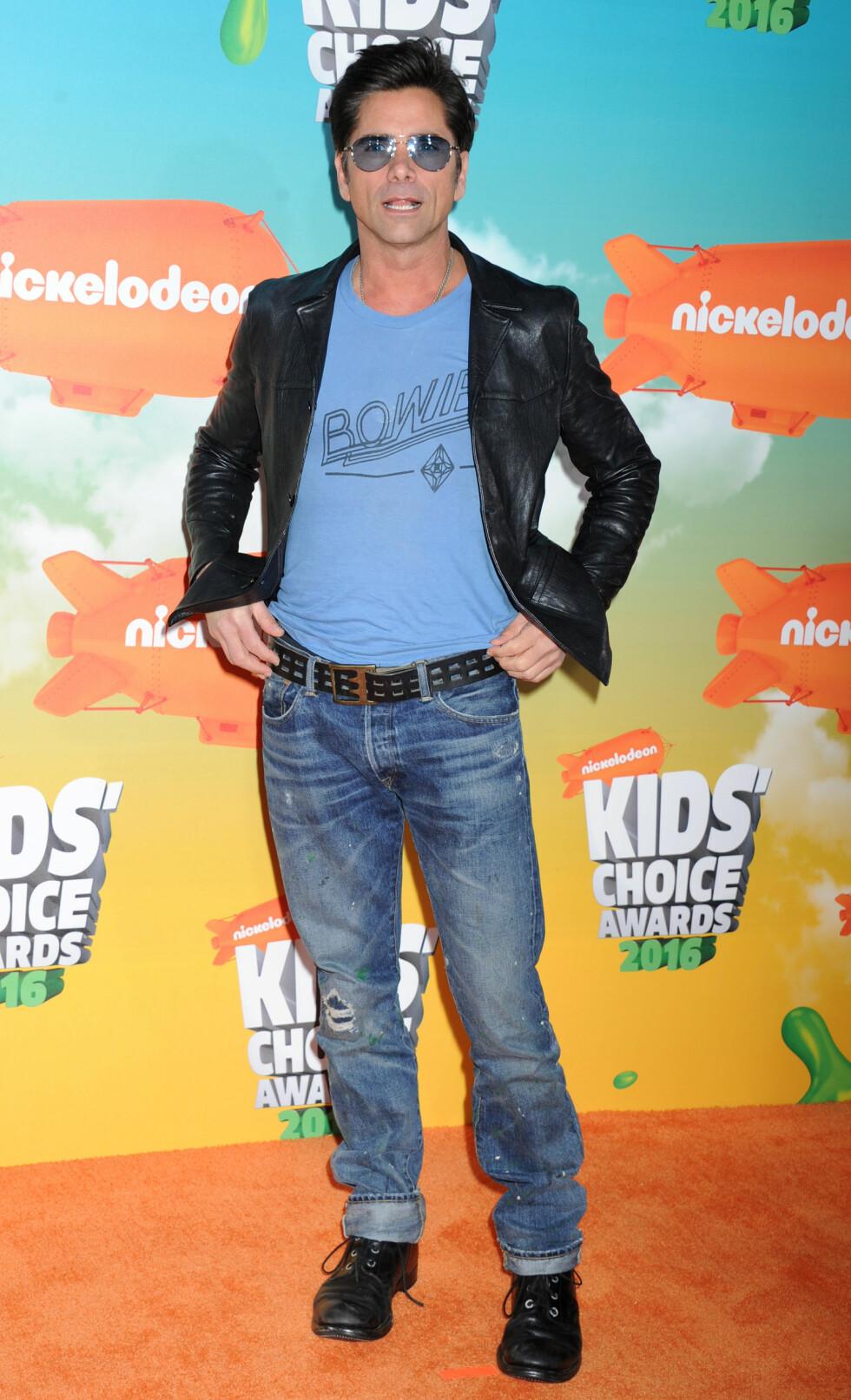HEDRET BOWIE: Musikk-glade John Stamos poserte i en t-skjorte med David Bowies navn på under Kids' Choice Awards. Artisten døde 10. januar i år. Foto: NTB Scanpix