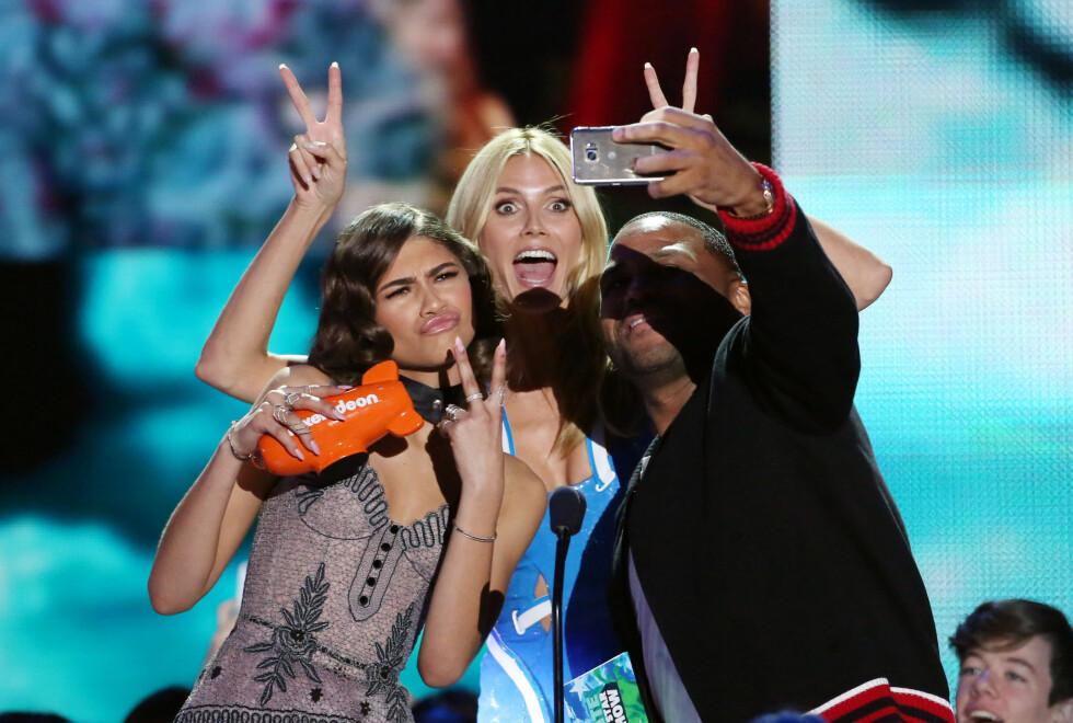 SMIIIIL: Anthony Anderson, Heidi Klum og Zendaya tok selfies underveis i programmet. Foto: NTB Scanpix