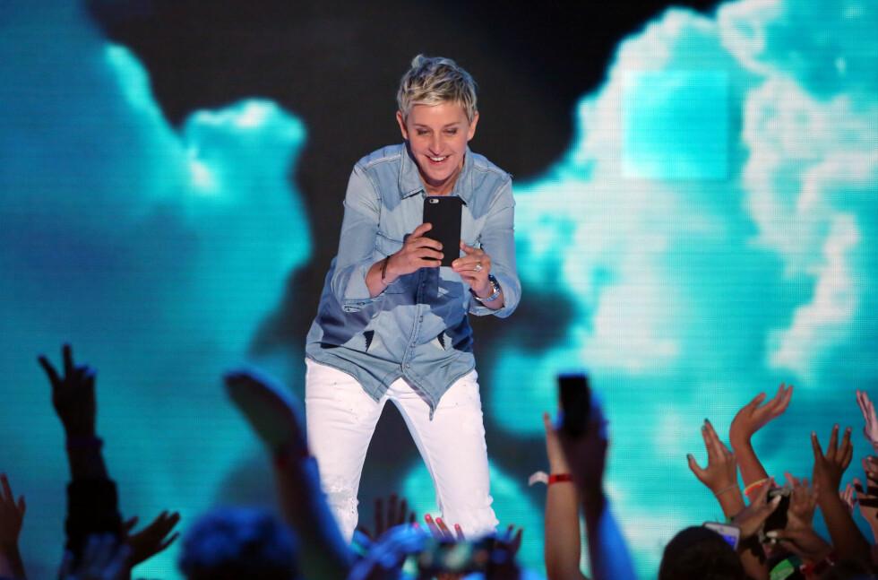 DOKUMENTERTE: Ellen DeGeneres er kjent for å ta fram mobiltelefonen for å dokumentere fra prisutdelingene, og dette gjorde hun altså også under Kids' Choice Awards - denne gangen av publikum. Foto: NTB Scanpix