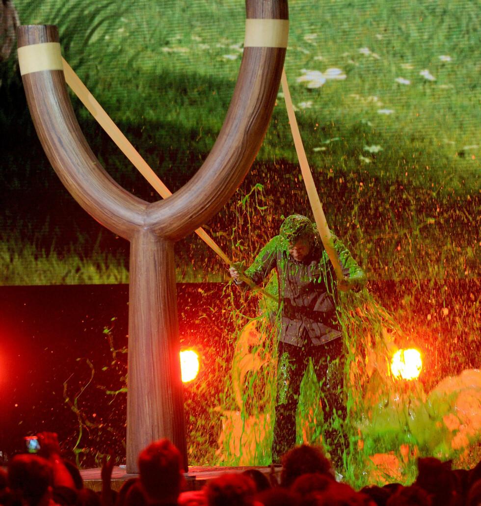 MORO FOR UNGA - OG DE VOKSNE!: Skuespiller Jason Sudeikis fikk smake den grønne guffen via en kjempesprettert! Foto: NTB Scanpix