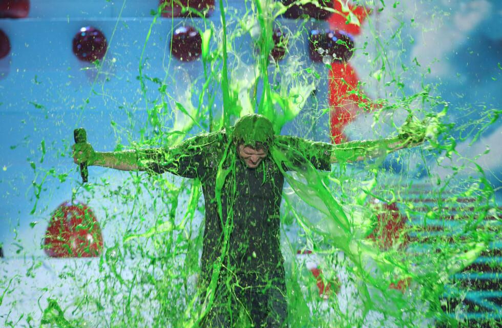 SLIMETE: Et av høydepunktene under Kids' Choice Awards er når det grønne slimet blir kastet over kjendisene. Her er det programleder Blake Shelton som får gjennomgå. Foto: NTB Scanpix